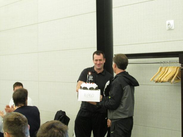 Tomaž Razingar je za rojstni dan prejel torto.