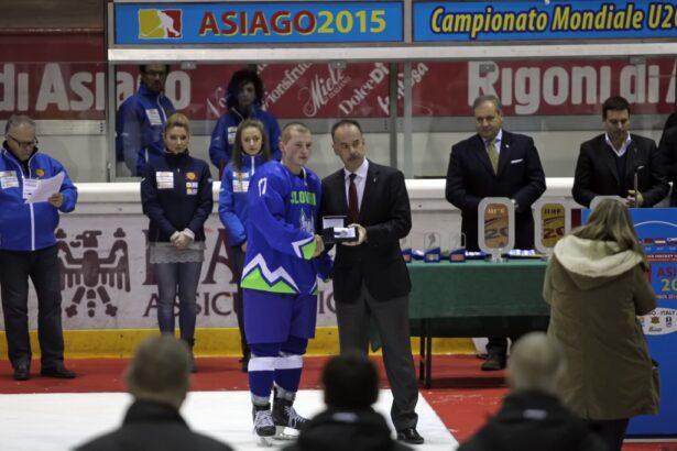 Miha Logar z nagrado najboljšega med Risi (foto: Drago Cvetanovič)