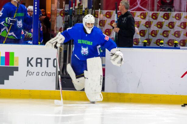 V zadnjem delu je gol Slovenije branil Gašper Krošelj