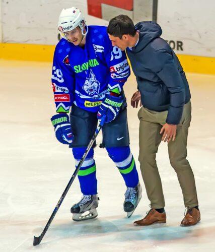 Jan Muršak je poškodovan zapustil led (foto: Drago Cvetanovič)